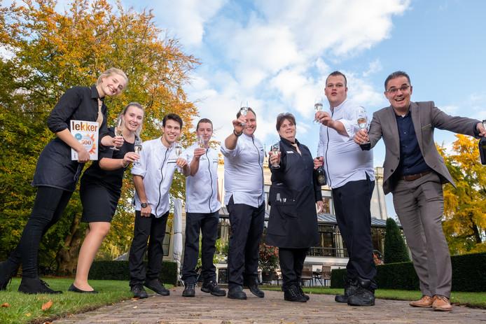 Zwarte en witte brigade van Restaurant De Vanenburg in Putten proosten op de vermelding in de Lekker 500 van jaargang 2020.