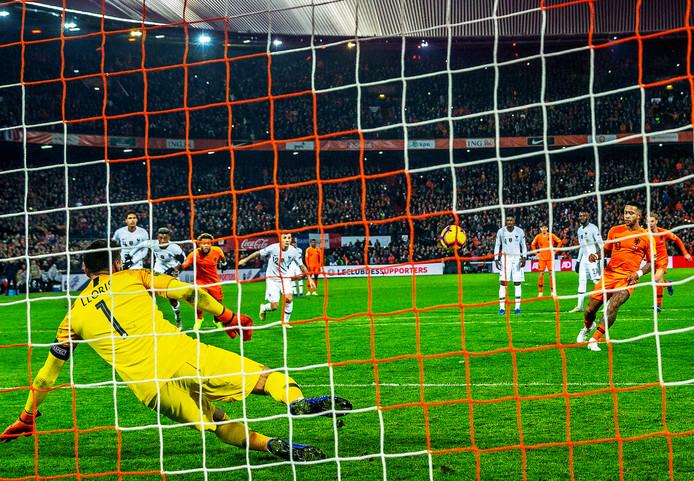 Memphis Depay brengt de Kuip in extase met deze prachtige Panenka-penalty tegen Frankrijk.