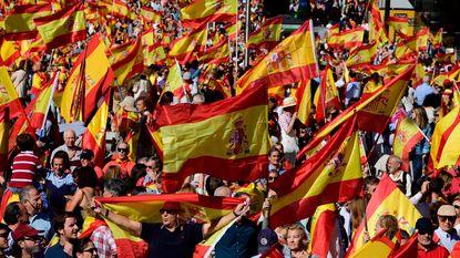 Verdeeld Spanje trekt de straat op: voor overleg over Catalonië, ook demonstraties tegen onafhankelijkheid