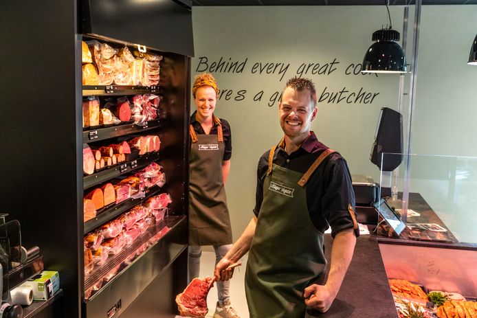 Gijs Vogels en zijn partner Petra Janssen zijn een slagerswinkel in hun dorp gestart.