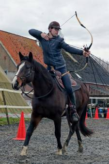 Boogschieten te paard: 'De kick als je raakschiet, zeker in galop'