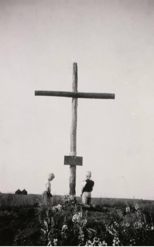Een kruis op de kruising Veluwsedijk-Kokmeeuwenweg in Asten-Heusden ter nagedachtenis aan twee omgekomen Franse piloten. Wie de jongens op de foto zijn, is onbekend.
