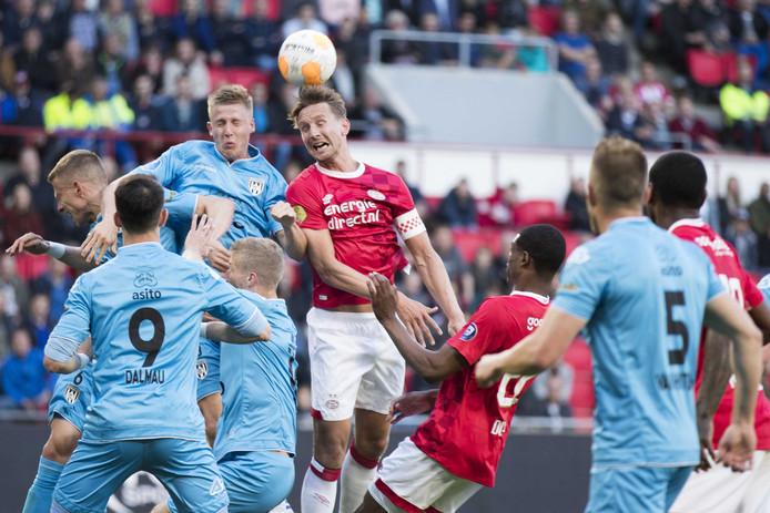 Luuk de Jong (m) in duel met Dario van den Buijs.