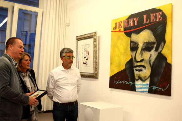 Herman Brood-kenner Patrick Hermans (links) geeft tekst en uitleg op de expo in Perron 87.