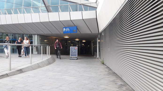 De ingang van de fietsenstalling op station Arnhem Centraal.