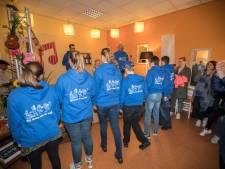 Snow Radio schenkt hoodies aan Sonse jeugdstichting Meedoen