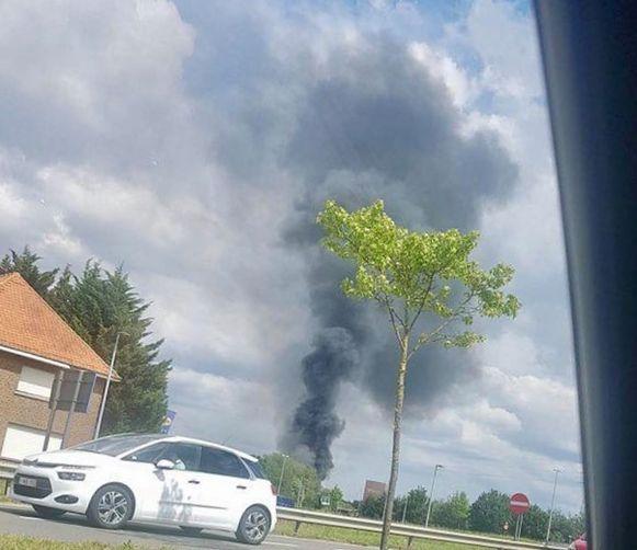 De rookpluim is van ver zichtbaar.