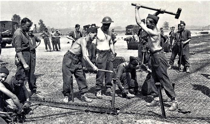 Een beeld van de aanleg van het B84-vliegveld De Rips, in Elsendorp, in juni 1944.