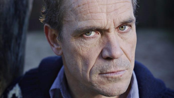 Psychiater Bram Bakker speelt met cabaretière en angstervaringsdeskundige Marjolijn van Kooten in Geen Paniek.