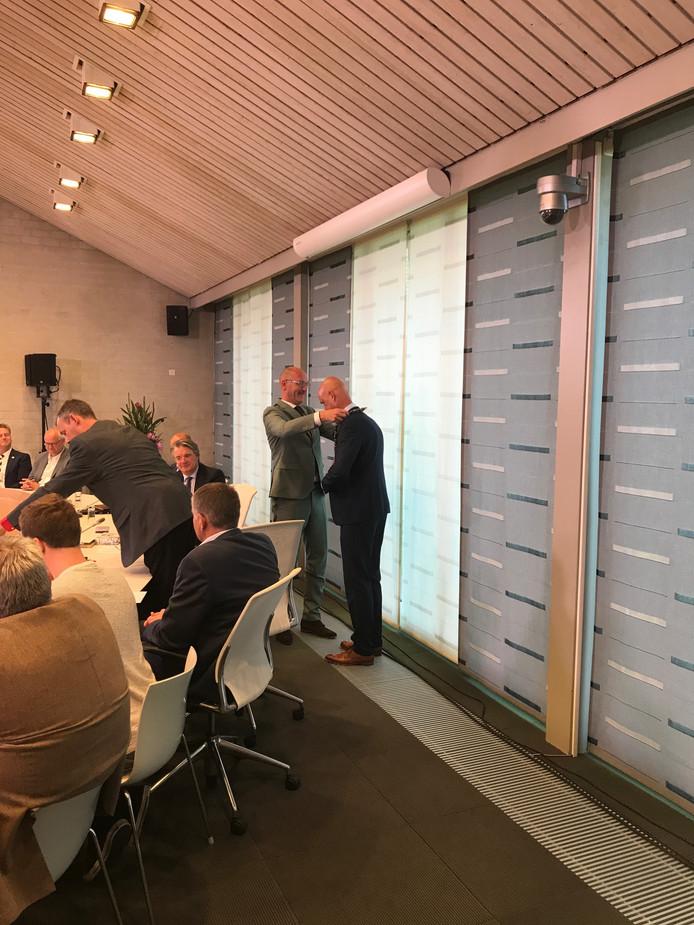 Wim Wouters krijgt de ambtsketen omgehangen door wethouder Eric Beex (namens het Eerselse college).