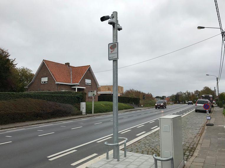 De palen met de camera's, zoals hier op de Esenweg, staan er al maanden.