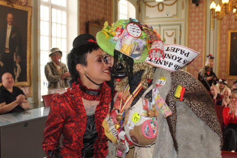 Egon en Els in hun opmerkelijke trouwkledij.
