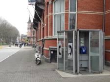 De lijn is dood, de ruimte stinkt naar pies: wie voelt zich nog verbonden met de telefooncellen van Den Bosch?