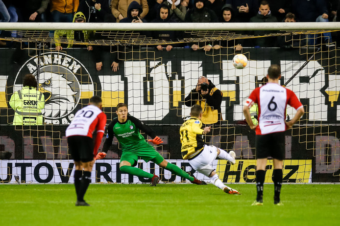 Kjell Scherpen ziet hoe Bryan Linssen een penalty mist.