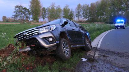 Pick-up belandt in gracht naast de weg in Heirstraat, bestuurder lichtgewond