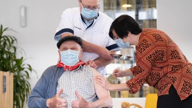 """Jos (96) krijgt tweede spuit met coronavaccin en snijdt 'taart van de hoop' aan: """"Dank aan Pfizer, maar vooral ook aan zorgpersoneel"""""""