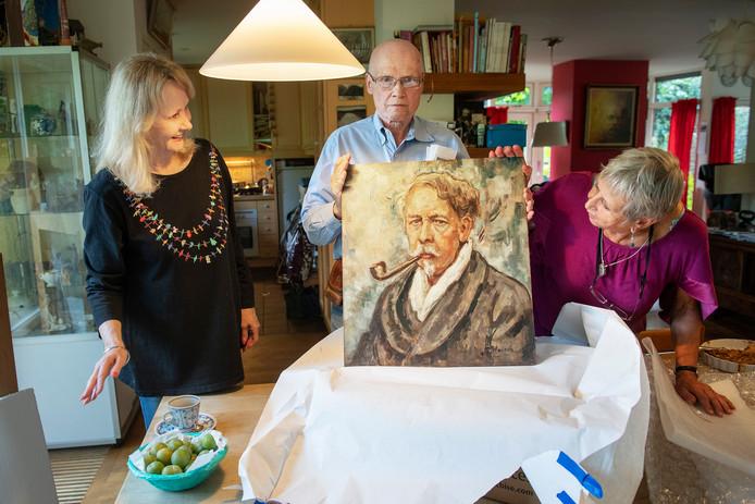 Bob Leckie met zelfportret van Jacques van Mourik.  Foto Bert Beelen