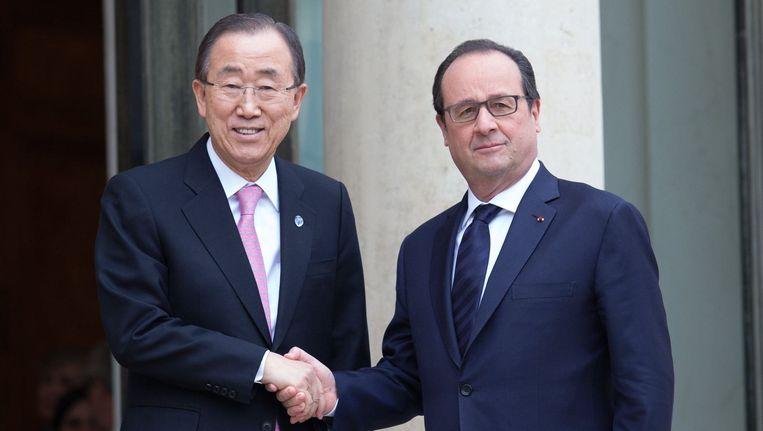 De Franse president Hollande (R) ontvangt de VN-chef Ban Ki-moon in Parijs voor de klimaattop die maandag is begonnen. Beeld photo_news