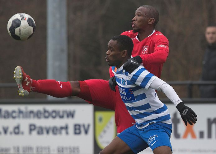Elvio van Overbeek (rechts) duelleert namens De Graafschap met Kamohelo Mokotjo van FC Twente.
