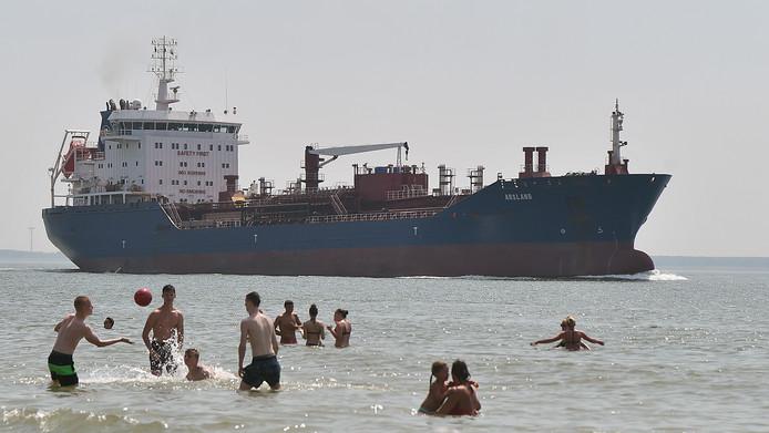 In het verleden werd vaker geklaagd dat op het Vlissingse strand geen strandwacht te zien was als het buiten het seizoen mooi weer was.