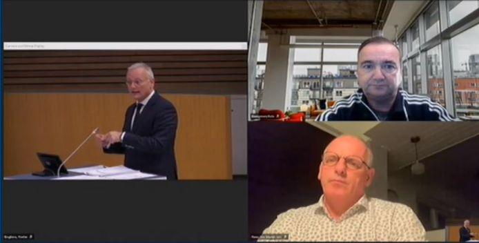 Vanwege coronabesmetting namen LAS-fractievoorzitter Kampman (rechtsboven) en wethouder Jan Martin van Rees (rechts onder) digitaal deel aan het raadsdebat. Links burgemeester Arjen Gerritsen.