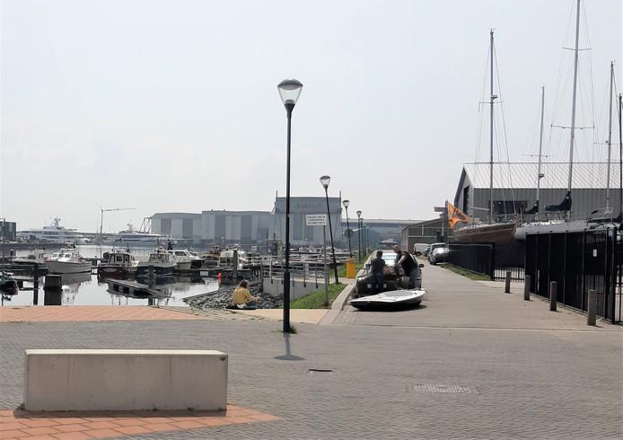 De trailerhelling aan de Tweede Binnenhaven in Vlissingen is intussen afgesloten. Tot twee maanden terug konden inwoners en toeristen met hun bootje makkelijk het water in bij de openbare helling.