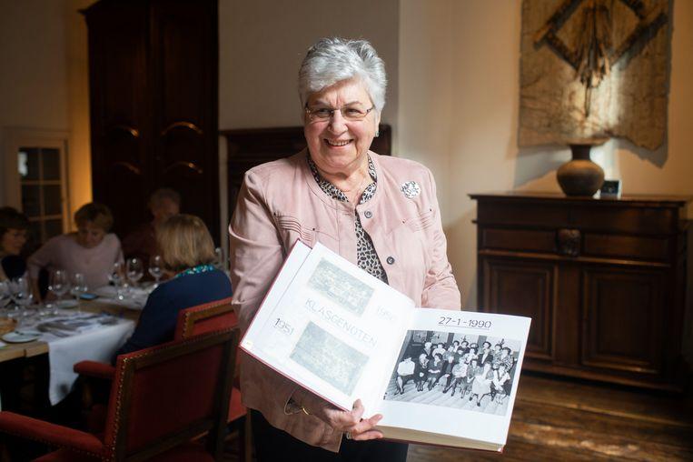 Nicole Legein toont haar fotoboek van de eerste reünie in 1990.