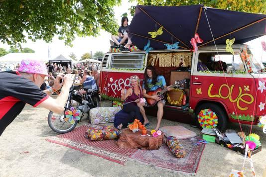 Oude VW-busjes zijn al jaren de publiekstrekker op het Hippiefestival, zo ook vorig jaar.