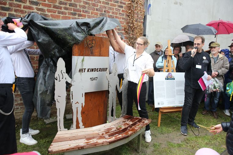 Voorzitter David Maes van Het Kinderuur sprak de mensen toe tijdens de onthulling van het standbeeld voor nonkel Wim en de pioniers van Het Kinderuur in Sint-Genesius-Rode.