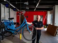 De fietsenzaak van Hans gaat na verwoestende brand verder in nieuw pand in Holten: 'We kunnen weer vooruit'