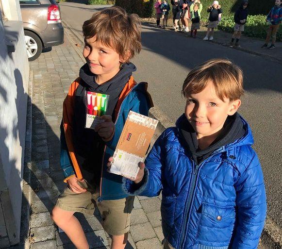 Tweelingbroers Sten (7) en Lars (7) verkochten samen chocolade, fluostiften en wenskaarten