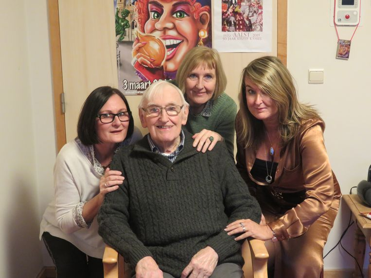 Hilde, Mia en Veerle Sergant bij hun vader Kamiel.