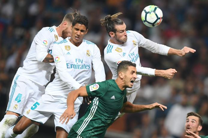 Sergio Ramos, Raphaël Varane en Gareth Bale in een luchtduel tijdens Real Madrid - Real Betis (0-1) op 20 september.