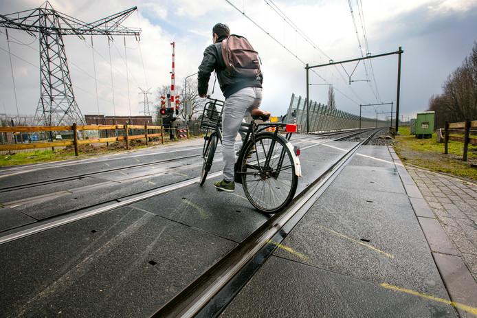 Straks kunnen fietsers haaks het spoor over in Orthen.