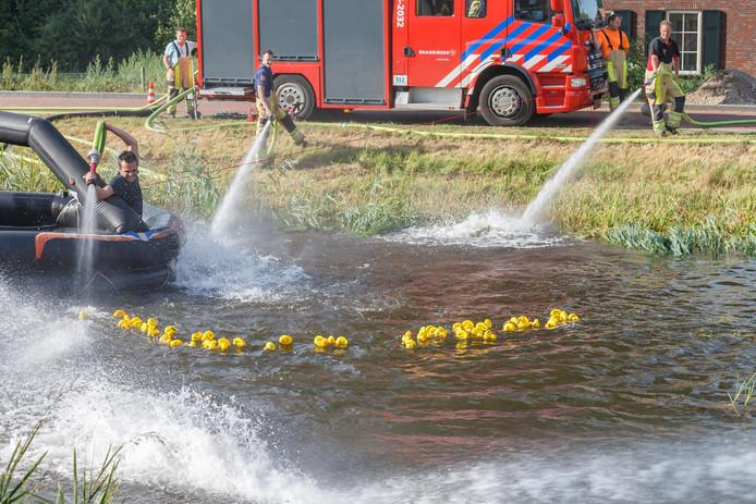De brandweer gaat helpen om badeendjes naard e finish te krijgen bijd e badeendenrace in Bronkhorst.
