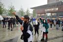 De demonstratie tegen racisme in Enschede gaat ondanks de regen door.