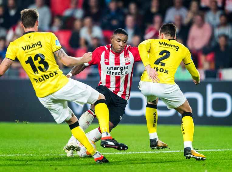 PSV'er Steven Bergwijn probeert langs VVV'ers Nils Roseler en Moreno Rutten te komen.  Beeld Jiri Büller