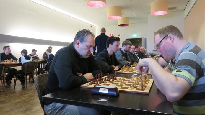 Goesenaar Joey Grochal (hier rechts in actie) kende geen problemen met Jeroen Hekhuis.