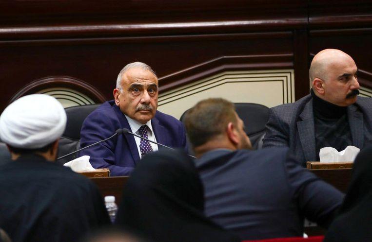 De Iraakse premier Abdul-Mahdi (met stropdas) tijdens de stemming zondag.  Beeld EPA