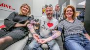 """Burgemeester van Ieper laat 'tattoos' van Tommelein en Van Quickenborne zetten: """"Ik ben voor triootjes"""""""