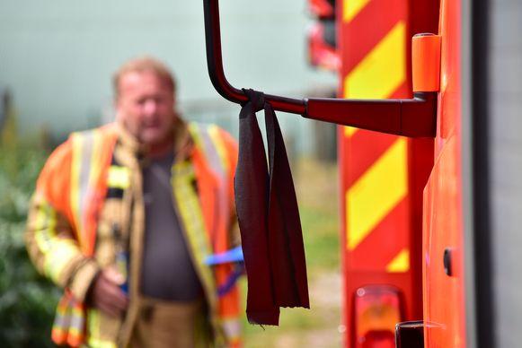 Aan de interventievoertuigen van de brandweerpost Gits hangen zwarte rouwlintjes.