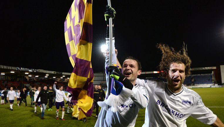 Juichende VVSB'ers rennen door het stadion van FC Den Bosch. Beeld Marcel van den Bergh