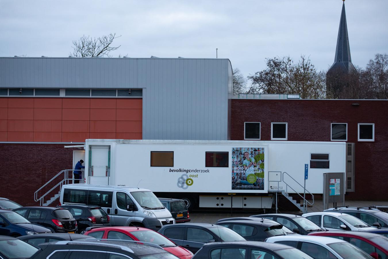 De bus van Bevolkingsonderzoek Oost is terug in Kampen, tegen de muur van sporthal De Reeve aan.