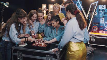 Bake My Day: Sofie Dumont bakt giga donuttaart voor Sieg De Doncker en finalistes van The Voice Kids