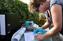 Tessa Pancras registreert de groenten uit de moestuinen aan de Sluisdijk in Helmond.