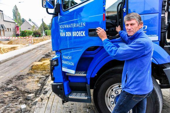 Freddie Van den Broeck pikt het niet dat vrachtwagens van klanten en leveranciers door de omleiding al van voor de winter nog maar amper of niet tot bij zijn zaak geraken.