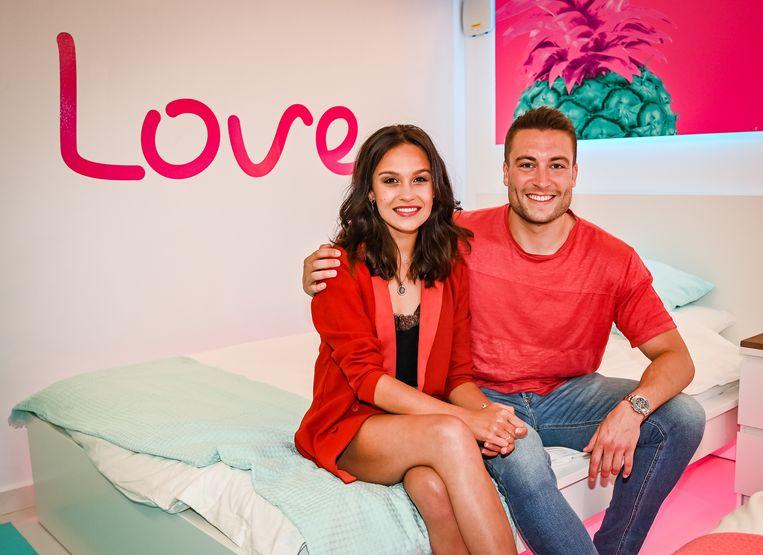 Viktor Verhulst en Holly Mae Brood in de villa van 'Love Island'