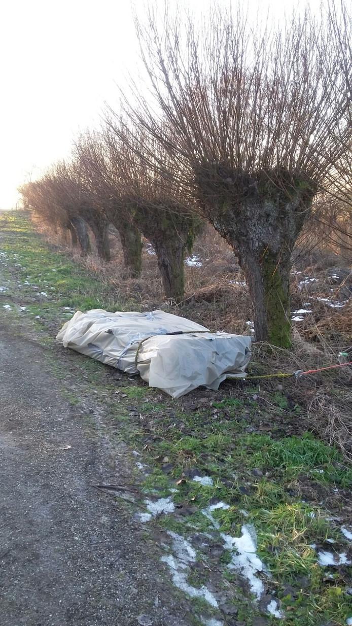 Asbest gedumpt langs de Nathalsweg in Hank.