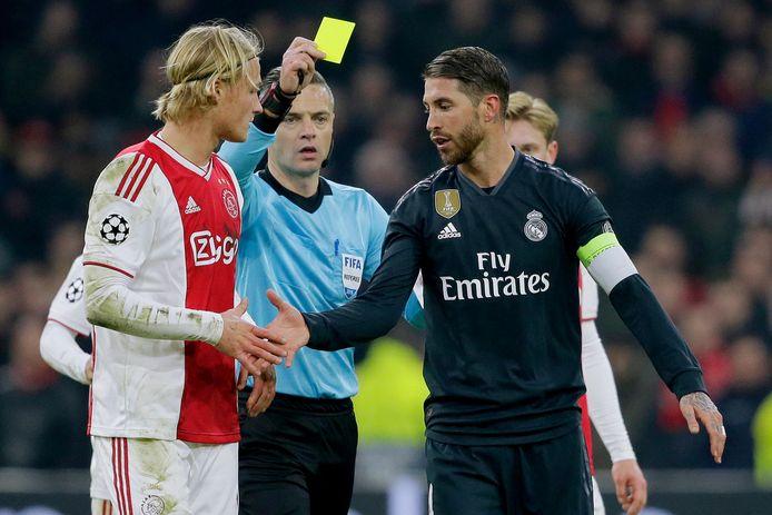 Sergio Ramos schudt Kasper Dolberg de hand, nadat hij hem onderuit heeft gehaald en daarvoor geel heeft gekregen. Vanwege die bewuste gele kaart kreeg Ramos twee duels schorsing van de UEFA.