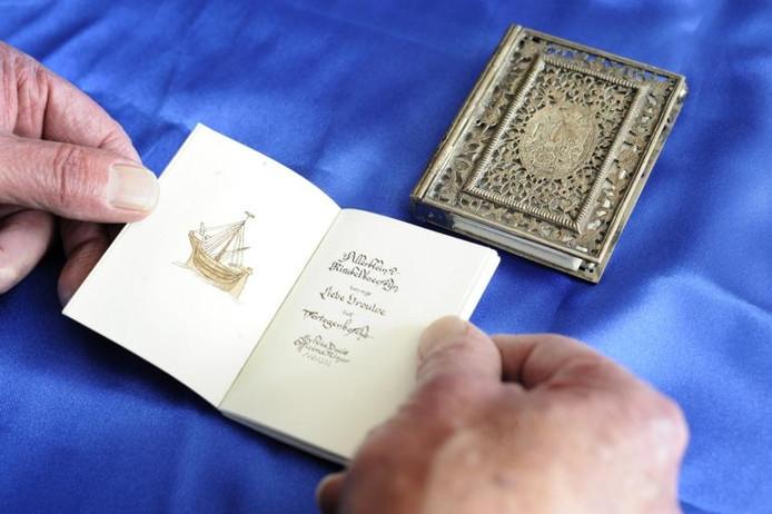 Een van de miniatuurboekjes van verzamelaar Guus Thurkow.